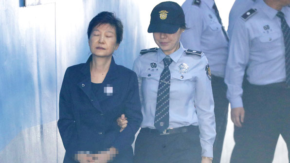 법원, 박근혜 전 대통령 추가 구속영장 발부…최대 6개월 연장