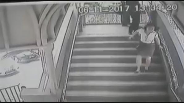 [고현장] 계단 내려가는 여자 뒤에서 느닷없이 '발차기'