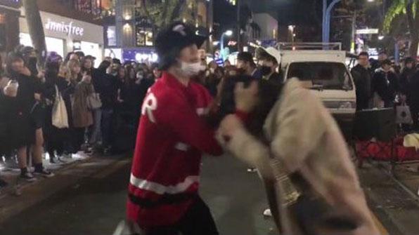 "[K스타] ""홍대 버스킹 구경하다 머리채 잡혀""…누리꾼 ""공연 아닌 폭력"""