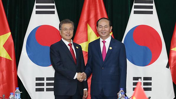 """文대통령 """"한국은 베트남에 마음의 빚 지고 있어"""""""