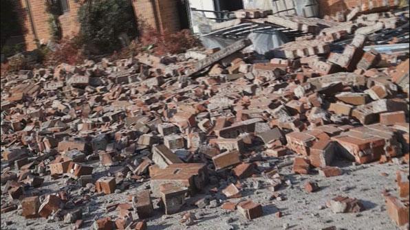 [제보 영상] 지진으로 갈라진 운동장…학생들 긴급대피
