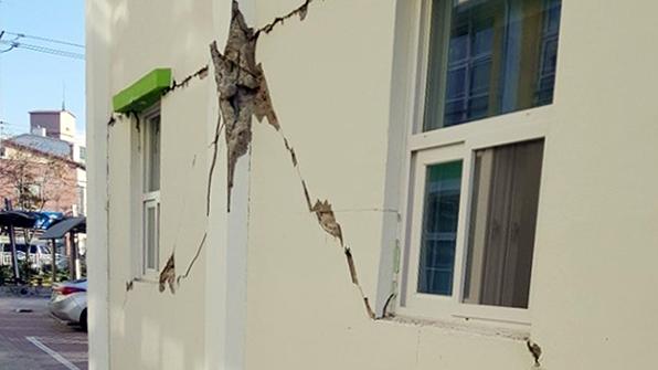 수능 고사장도 피해…마감재 떨어지고 벽에 균열