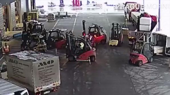 [고현장] 뛰어난 운전 실력의 지게차 운전자, 도주 차량 '포위'