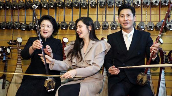 김정숙 여사, 中 악기 '얼후' 체험…추자현 부부 등 동행