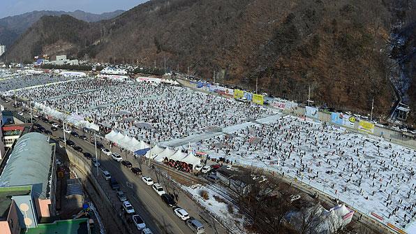 [포토] '얼음반 사람반'…화천산천어축제 역대 최다 22만 명 몰려