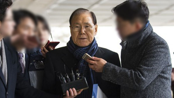 'MB 집사' 김백준 11시간 조사 후 귀가…'특활비' MB 연관 부인