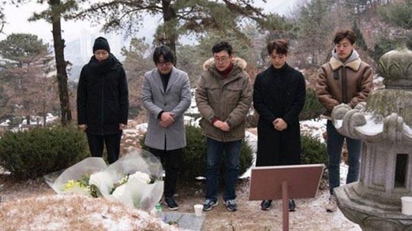 [K스타] '1987' 배우들 故 박종철 묘소 참배…'박종철 거리'도 생겨