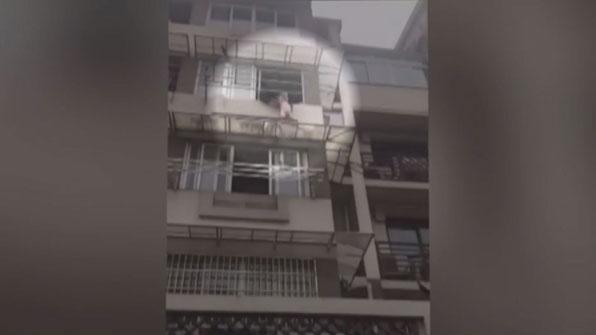 [고현장] 추락 위기에 놓인 두 살배기, 시민들 '극적 구조'