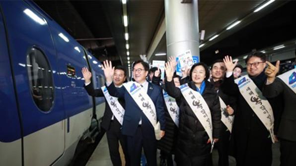 여야, 서울역·용산역서 귀성인사…'고향길 민심잡기'