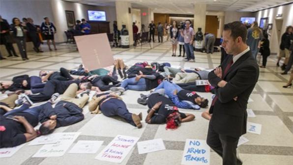 美 고교 교사가 안전교육하다 총기 오발…학생 3명 부상