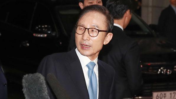 '혐의 부인' MB, 21시간 조사 후 귀가…검찰 구속영장 검토