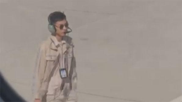 [고봉순] 너무 잘생긴 탓에 월급 삭감된 공항 직원