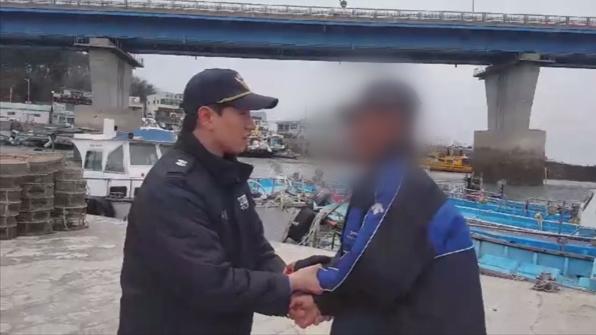 """[고현장] """"부둣가 청소 왜 안 해?"""" 출동한 해경 폭행한 50대"""
