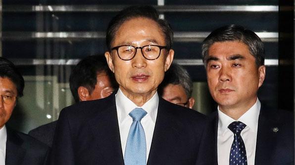 """법원, 이명박 구속영장 발부…""""소명 충분, 증거인멸 우려"""""""