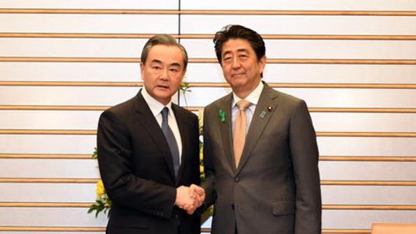 """방일 中왕이, 아베에 """"북핵해법으로 '비핵화·평화체제' 일괄해결해야"""""""