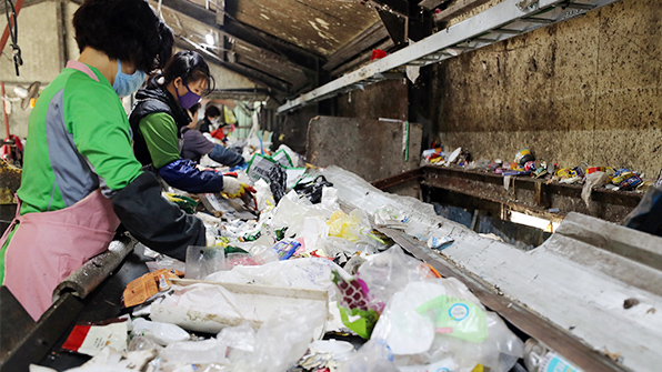 플라스틱 먹는 변종효소 발견…재활용 효과도 뛰어나 '획기적'