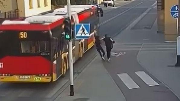 """[고현장] 친구 때문에 버스에 치일 뻔, """"이게 장난이라고?"""""""