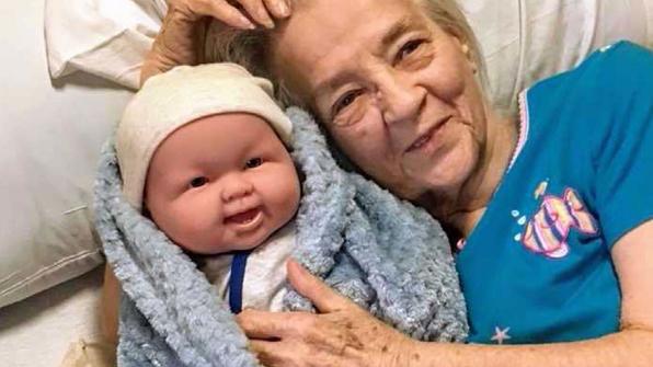 [고봉순] 치매 노인들에게 아기 인형을 선물했더니…
