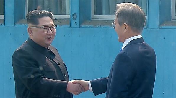문재인-김정은 9시 30분 첫 만남…군사분계선서 손 맞잡아