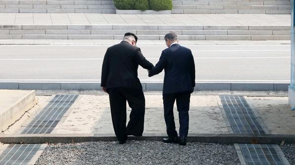 "NHK ""김 위원장 문 대통령 북측으로 이끄는 서프라이즈 연출"""