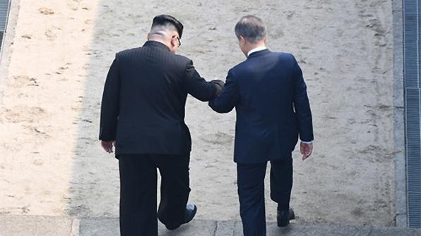 """""""김정은 '깜짝 제안'으로 북측 구역에""""…외신이 뽑은 명장면"""