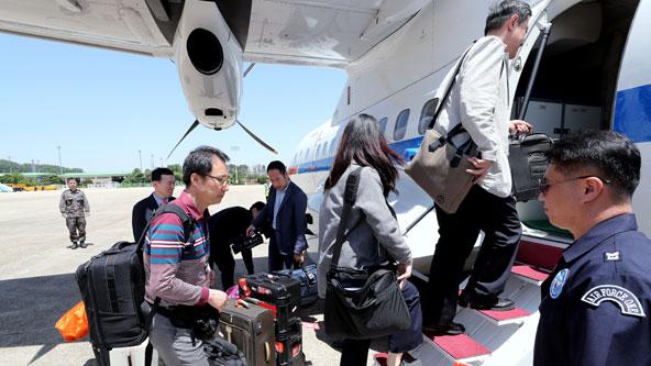 '풍계리 폐기' 취재진, 정부 수송기로 원산으로 출발