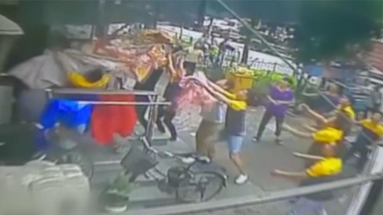 [고현장] 6층서 떨어진 소년, 택배원과 주민이 이불로 받아내 구조