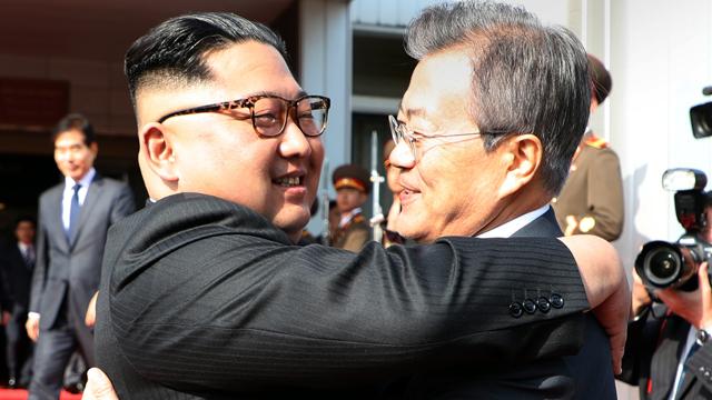 """[풀영상] """"세 차례 꽉 끌어안아"""" 남북 깜짝 두 번째 정상회담"""