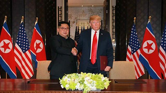 """美언론 """"트럼프, 김정은 '인권유린' 무시""""…'칭찬 발언' 비판"""