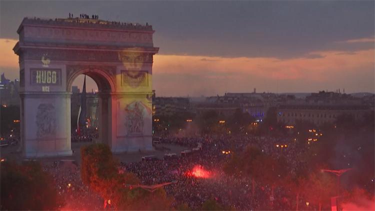 [고봉순] 파리 개선문, 프랑스 축구영웅들 얼굴이 조명으로 보여져