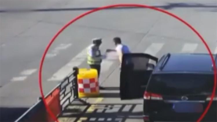 [고현장] 교통경찰에게 운전자가 건넨 '이것'…'아~시원하다'