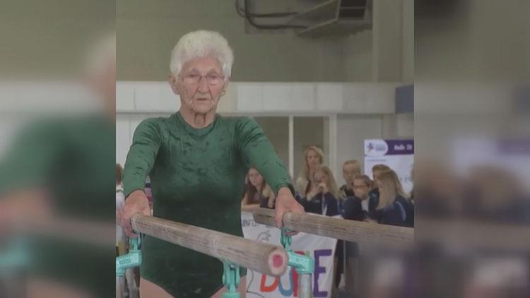 [고봉순] 92세 체조요정 할머니, '평행봉 위 물구나무~'