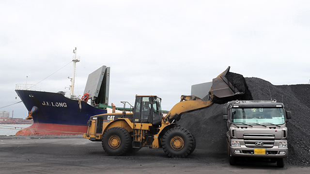정부, 北석탄반입 선박 4척 입항금지 조치
