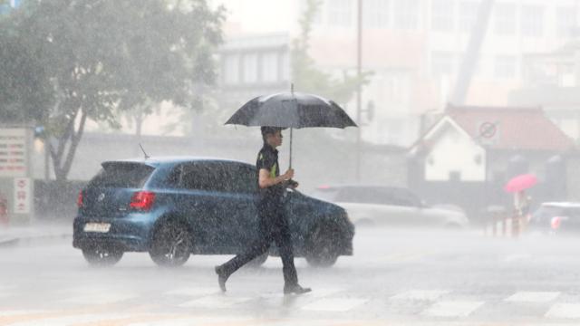 중부 내륙 곳곳 소나기, 내일도 35도 안팎 폭염 계속