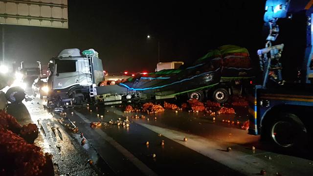 교통사고로 고속도로에 양파 '와르르'…통행 1시간 통제