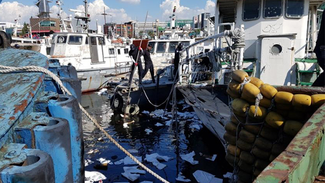 인천 연안부두 예인선 기름 유출, 8일째 방제 작업