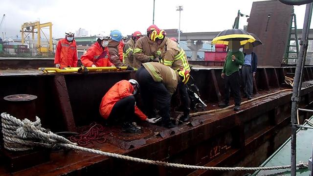 바지선 선박평형수 탱크 내부 질식사고로 2명 사상