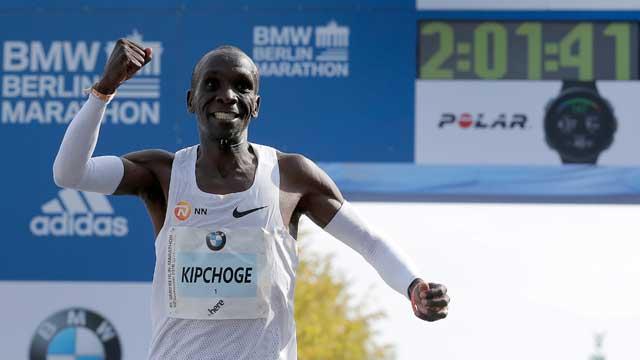 케냐 킵초게, 남자 마라톤 세계 신기록!…2시간01분39초