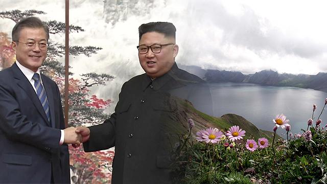 문 대통령, 삼지연공항 도착…김정은 위원장 내외가 영접